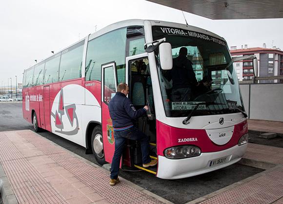 El bus a Vitoria tiene 150 pasajeros menos al día que hace diez años