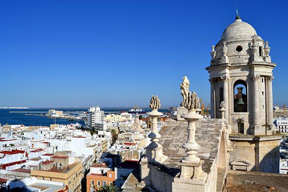 Disfruta de tus vacaciones viajando a Cádiz en autobús