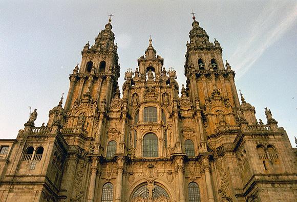 Disfruta de Santiago de Compostela viajando en autobús