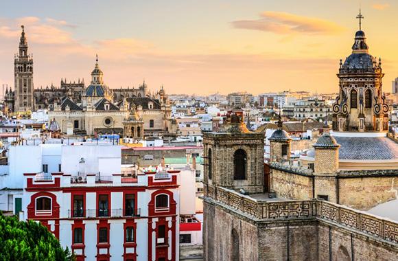 Conoce Sevilla haciendo un viaje barato en autobús este otoño