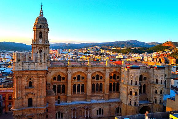 Disfruta de la Navidad haciendo un viaje en autobús a Málaga