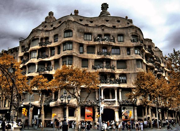Disfruta del modernismo catalán viajando en autobús a Barcelona