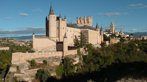 Conoce los maravillosos castillos de España viajando barato en autobús