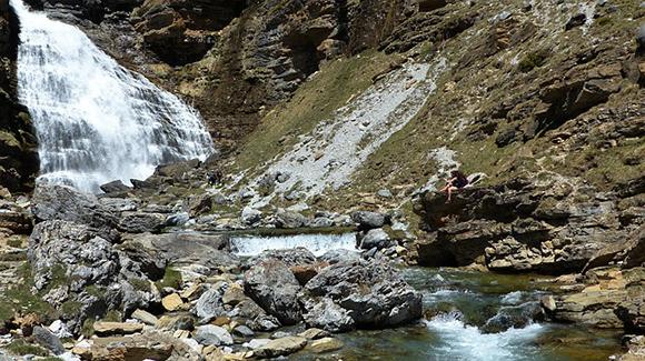 Conoce algunas de las cascadas más bonitas del país, viajando barato en autobús
