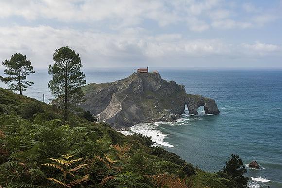 Conoce la verdadera fortaleza de los Targaryen en Juego de tronos viajando en autobuses baratos al País Vasco