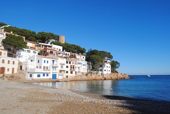 Este mes de agosto 2017 viaja en autobuses baratos a alguna de estas playas de Girona