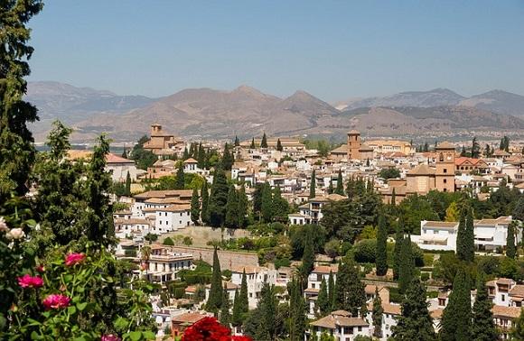 Disfruta de un verano diferente viajando en autobús barato a Granada