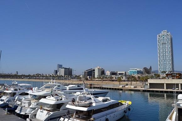 Viaja en autobús barato a Barcelona ¡y disfruta de una fiesta en un barco!