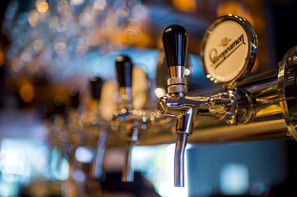 Viaja en autobuses baratos a Granada y visita su spa de cerveza