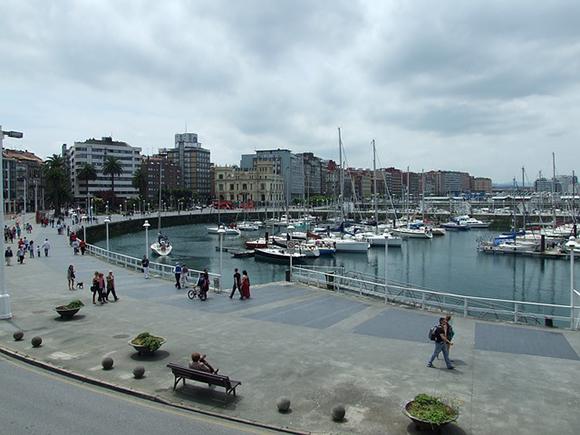 Disfruta de Gijón en autobuses baratos este verano 2019